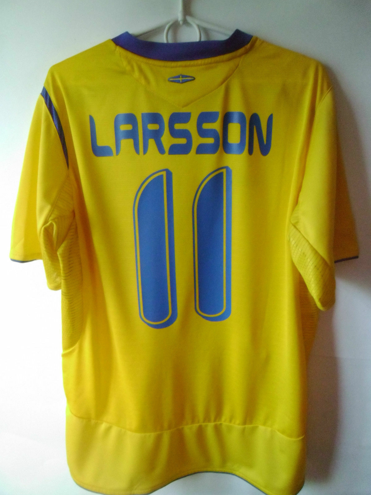 VERY RARE    EXCELLENT    LARSSON     2005-06 Sweden Home Shirt Jersey L