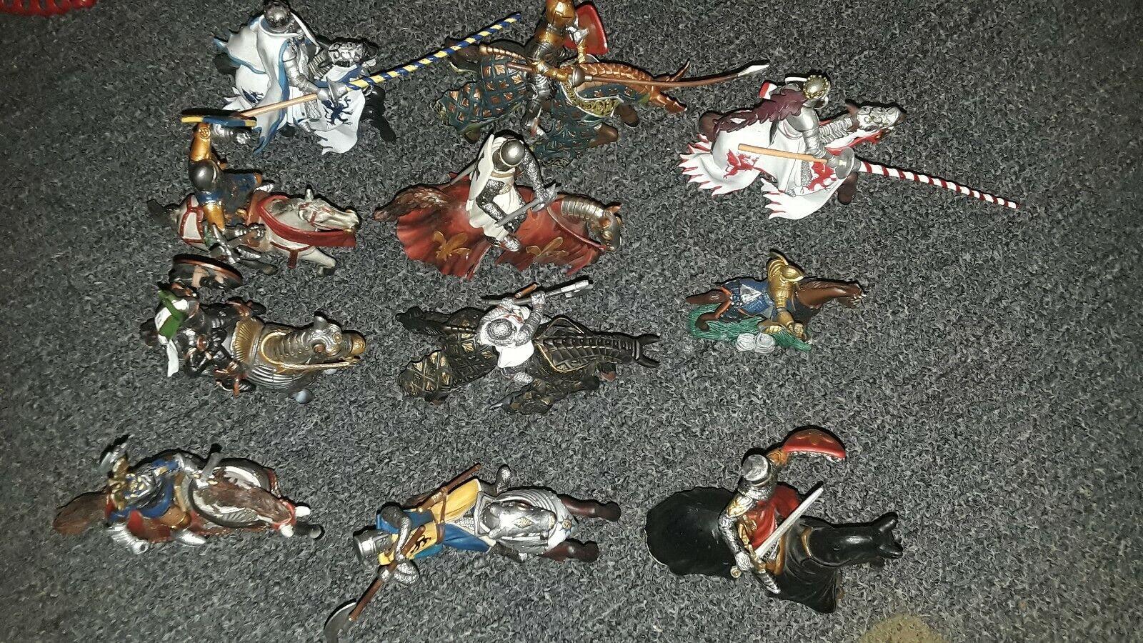11 piezas de cruzados con caballos.. plástico usado..