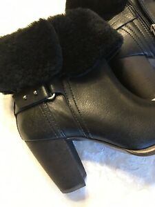 Uggs-women-ankle-black-fur-boots-size-6