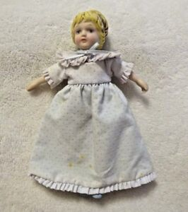 Vintage-1983-Avon-Collectible-Porcelain-Cloth-Doll-7-inches