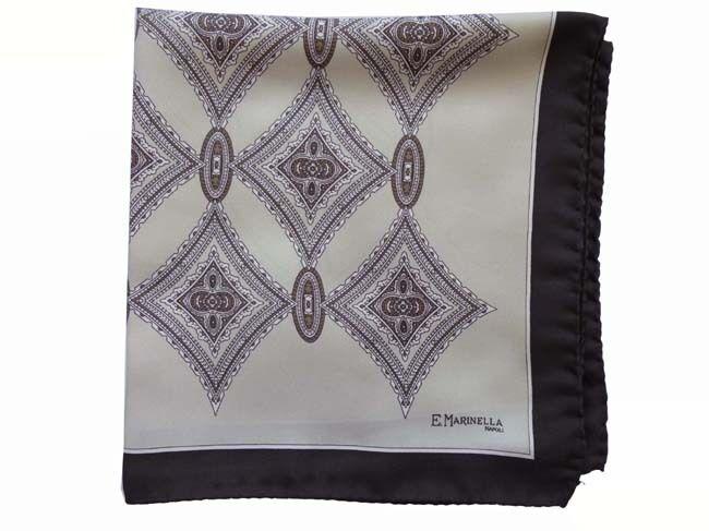 Marinella bolsillo cuadrado beige y negro diamante patrón, pura seda