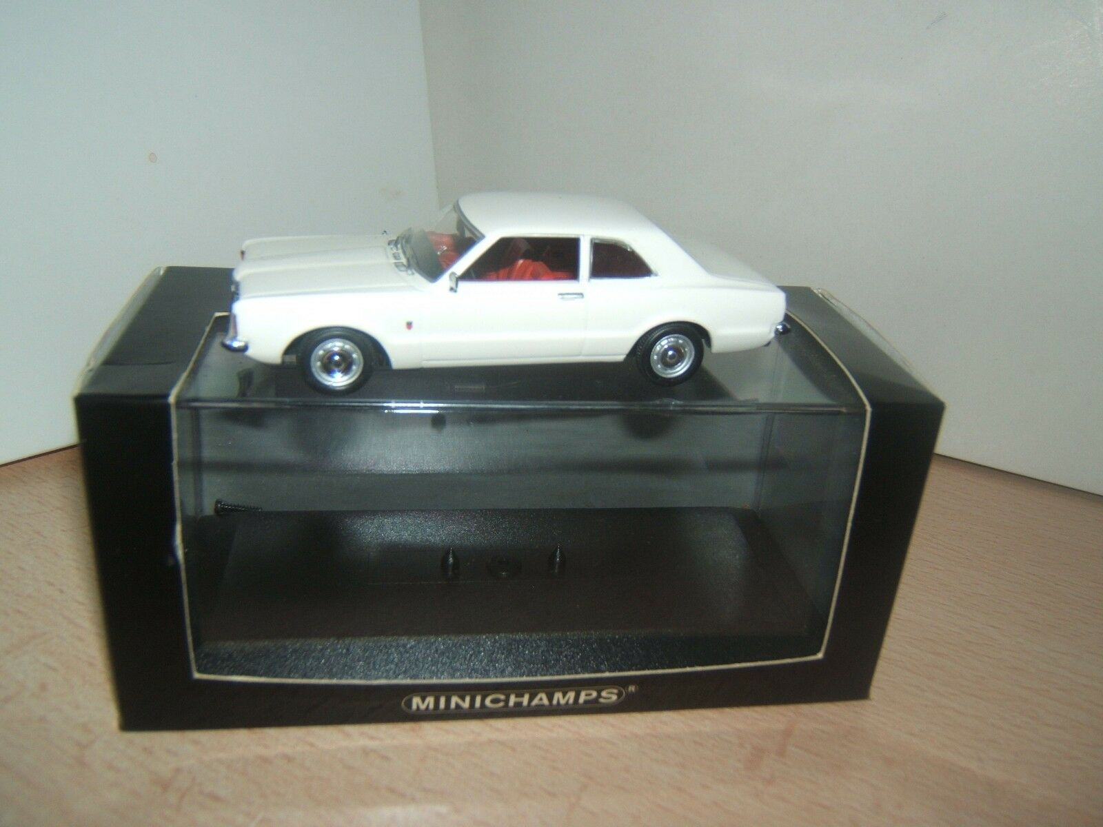 FORD  TAUNUS COUPE   1970-1973  MINICHAMPS  1 43