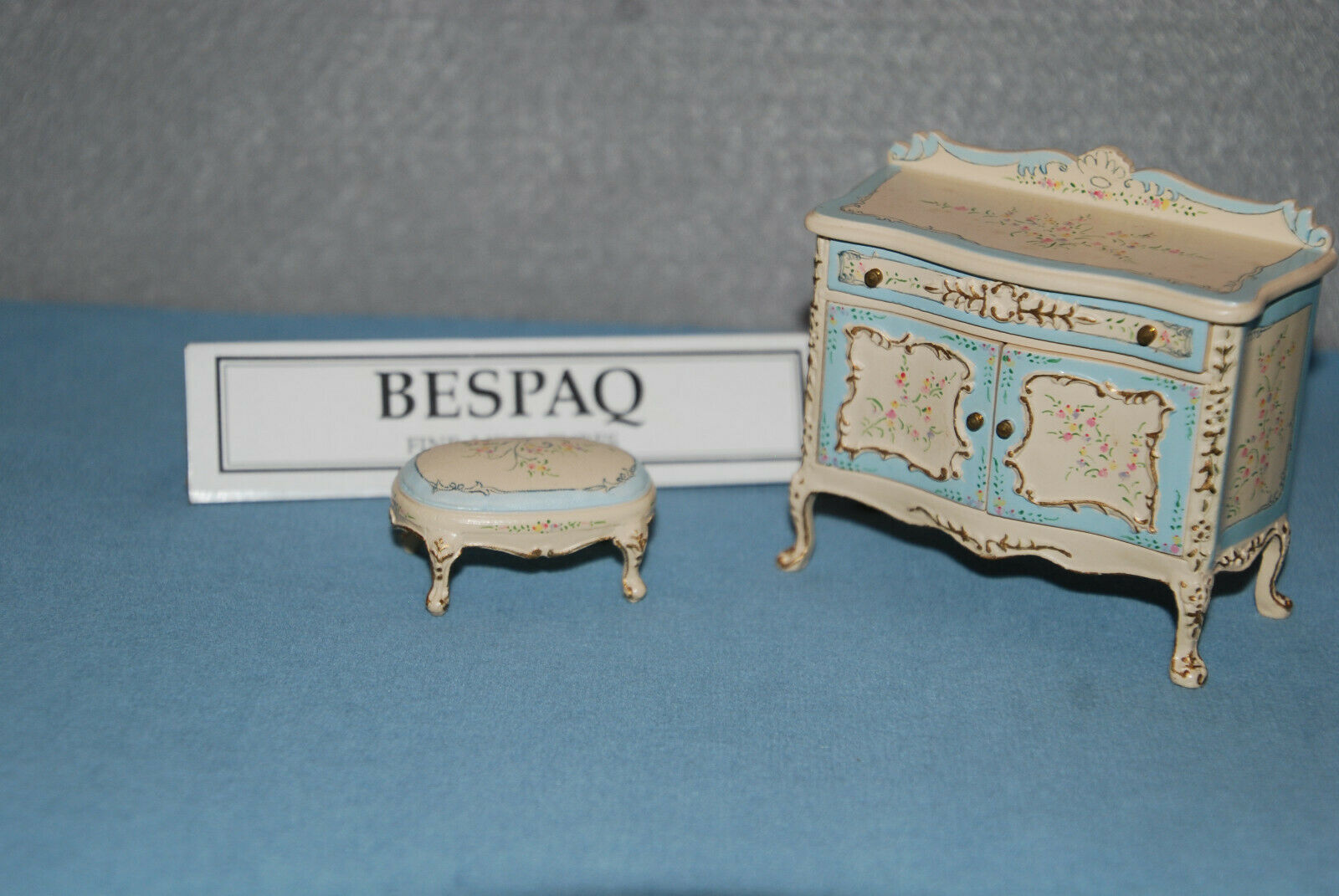 Bespaq Detailed Hand Painted Cream & azul Chest And Stool Miniature Furniture
