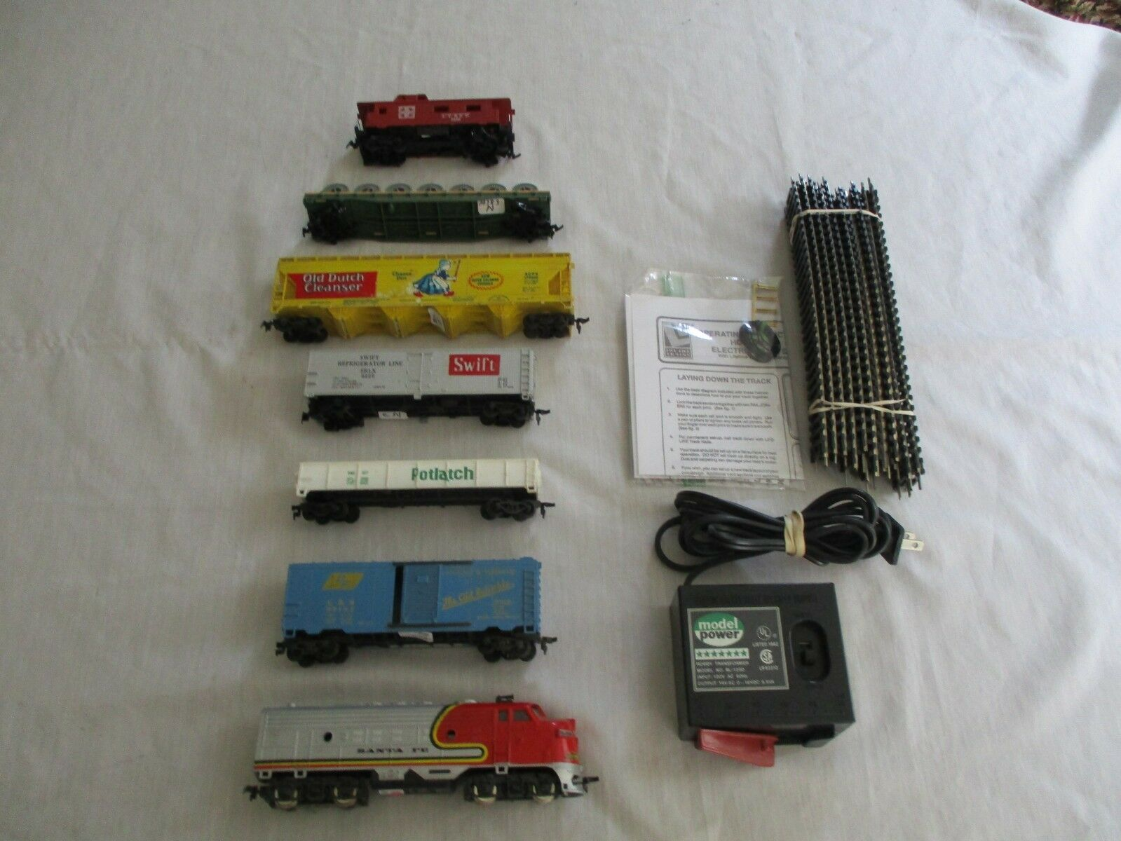 SANTA FE 6 CAR FREIGHT TRAIN SET. COMPLETE & READY TO RUN SET. EXCELLENT H.O.SCA