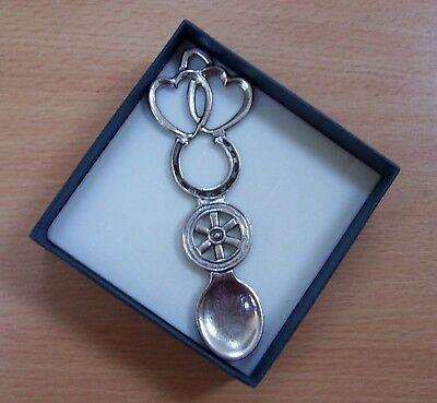 Pratico Welsh-made Pewter Love Spoon Wn 177: 2 Hearts,horseshoe & Wheel Vincere Elogi Calorosi Dai Clienti