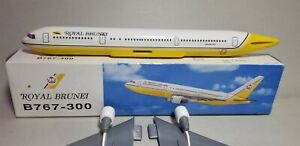 FLIGHT-MINATURE-ROYAL-BRUNEI-AIRLINES-767-300-1-200-SCALE-PLASTIC-SNAPFIT-MODEL