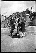 Jeune fille court terrain de tennis filet - Ancien négatif photo an 1930