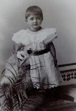 Kleines Mädchen im Kleid und mit Puppe - Foto / Fotographie - Dehé / Hamburg