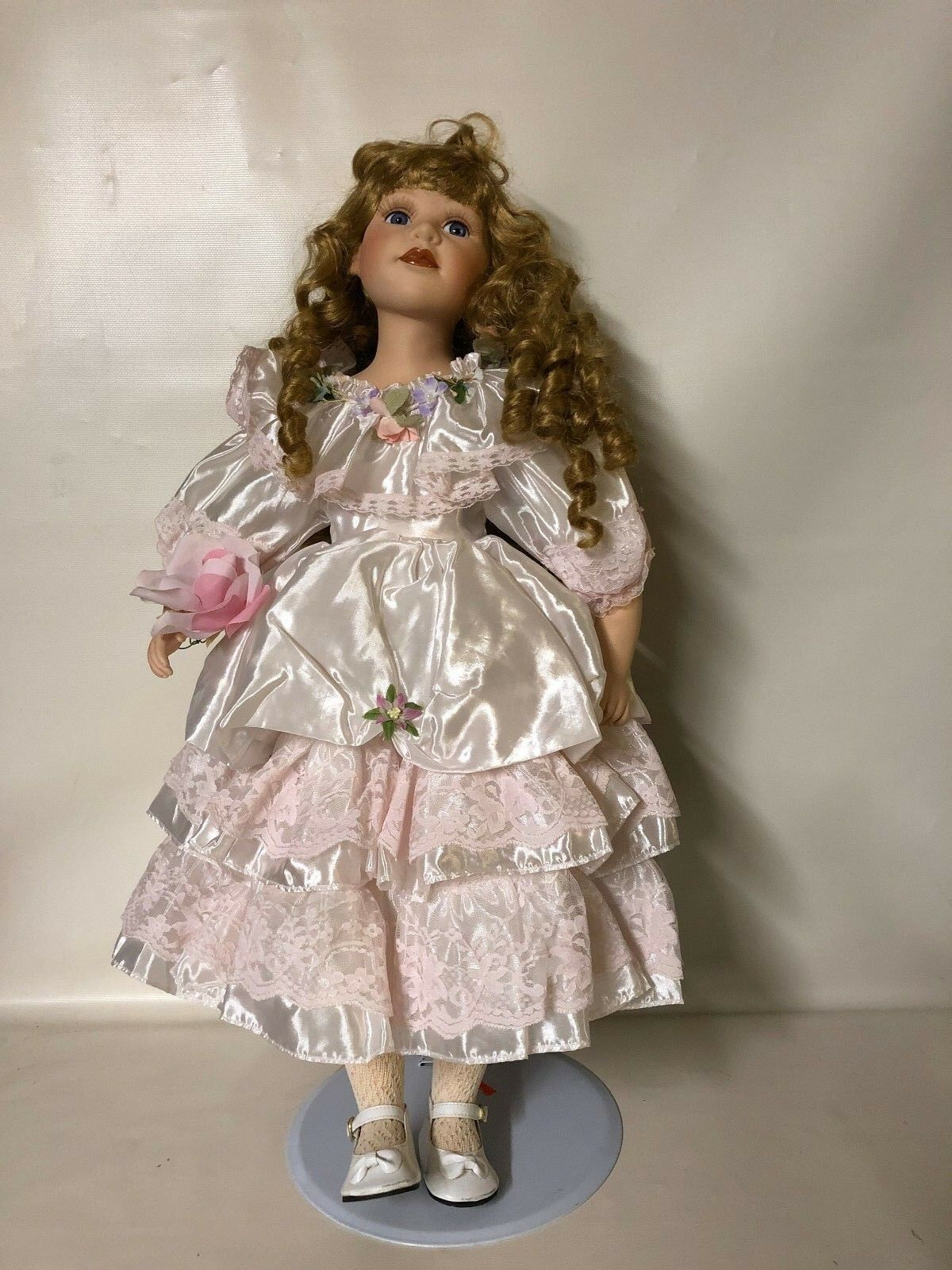 BEAUTIFUL COURT OF DOLLS PORCELAIN DOLL 23 INCHES  304 2000