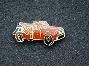 VINTAGE-METAL-PIN-RED-TOW-TRUCK