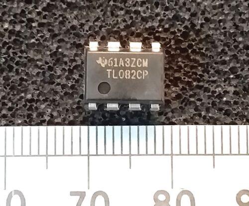 wzmacniacz operacyjny TL082 w obudowie DIP8 z linijką dla skali