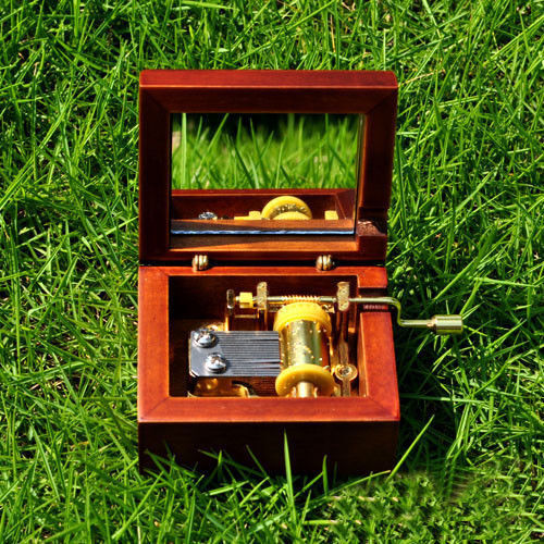 HAPPY BIRTHDAY TO YOU Antique Red Wood Hand Crank Mirror Music Box