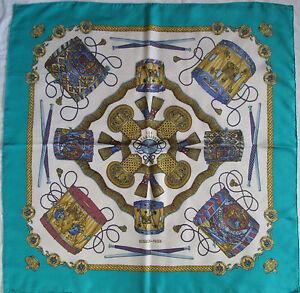 c789da1edb7 Superbe Foulard carré HERMÈS