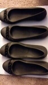 WOMEN-039-S-BLACK-CROCS-SLIP-ON-SHOES-1-SIZE-9-1-SIZE-10-WITH-CHAIN-AT-TOP