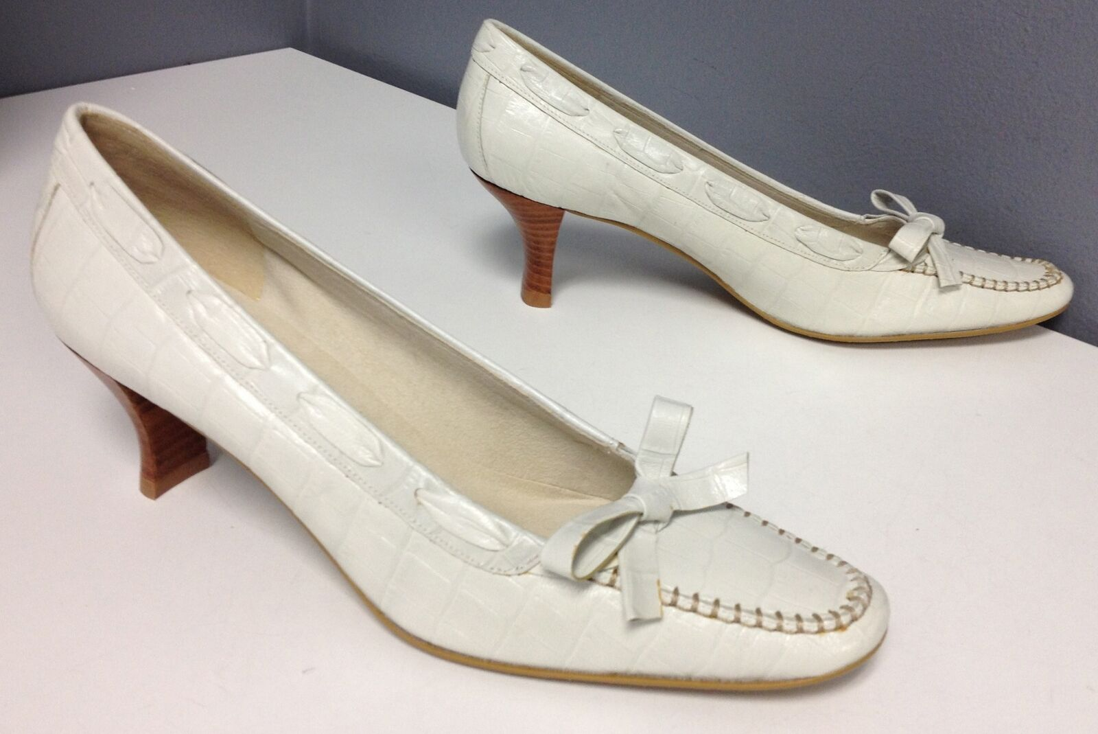 STUART WEITZMAN WEISS Embossed Leder Bow Top Mid Heel Slip On Pump Sz 8N B4325
