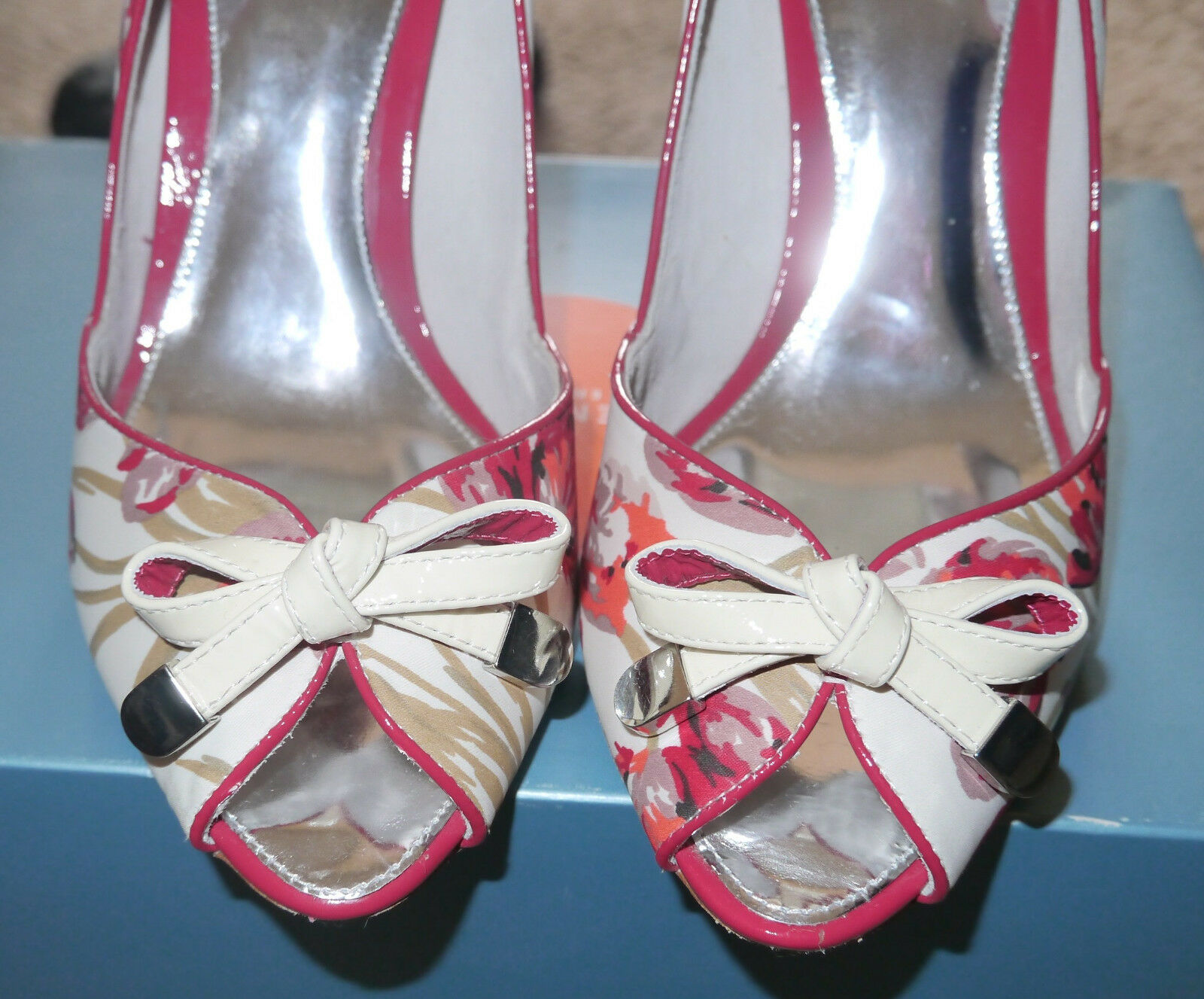 Karen Millen Ivory peep Coral rot Tulip Print peep Ivory toe schuhe with patent leather bows fcc830