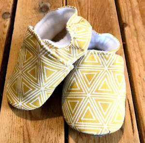 Chaussons souples jaune moutarde, coton et suédine pour la semelle , chaussons b