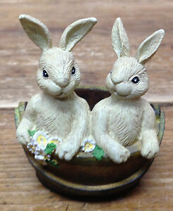 Bunny-Rabbit-Figurine-Resin-Garden-Two-Rabbits-Basket-Daisies-Daisy-Maker-CUTE