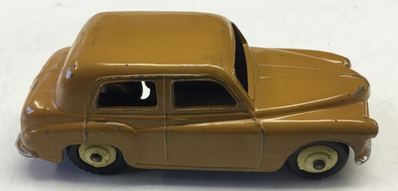 DINKY TOYS  MODEL 40F. HILLMAN MINX SALOON.EARLY MODEL IN EXCELLENT CONDITION