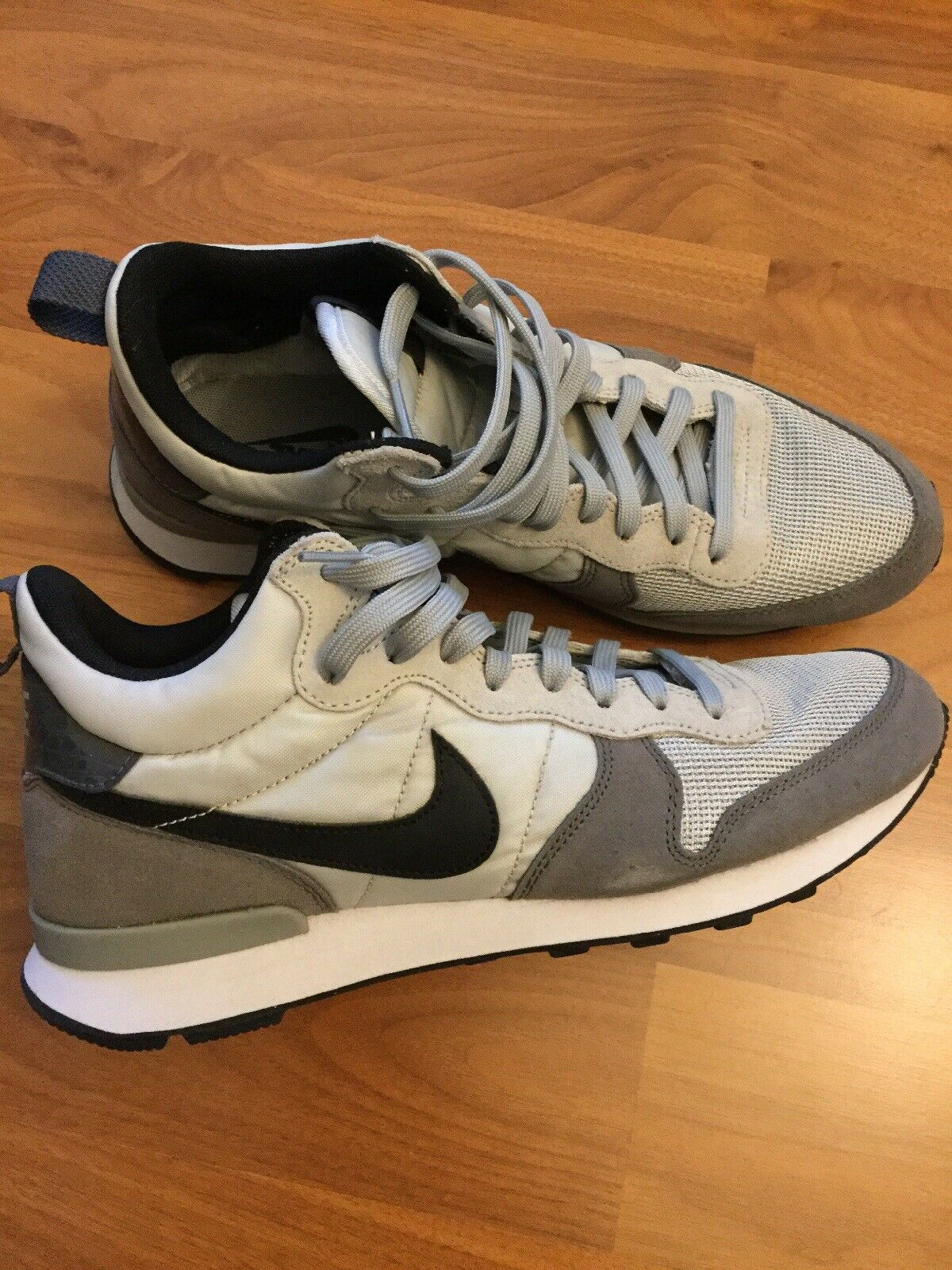 Nike Internationalist Mid shoes Size 9.5US PRACTICALLY NEW  PRICE DROP