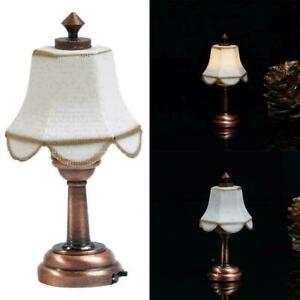 1-12-Puppenhaus-Miniatur-LED-Lampe-Schreibtischlampe-Bronzes-mit-Lampenschi-U1U4