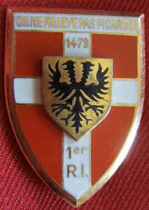 IN5440-INSIGNE-1-Regiment-d-Infanterie-ecu-dos-guilloche-embouti-anneaux