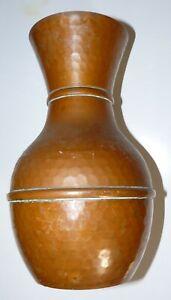 Très joli vase en cuivre martelé, contenance 1,5 litre