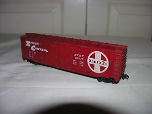 Shock-Control-Santa-Fe-ATSF-12079-50-034-Plug-Door-Red-Box-Car-HO-Scale-Train