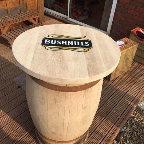 Solide en Bois de Chêne Recyclé Whisky Tonneau Bushmills Marque Bar Table Chemin
