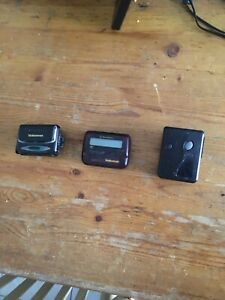 3x-Motorola-Pagers-Beepers-with-Belt-Clips-and-Case