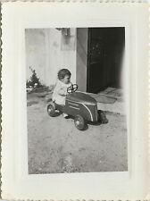 PHOTO ANCIENNE - VINTAGE SNAPSHOT - ENFANT VOITURE À PÉDALES JOUET JARDIN - CAR