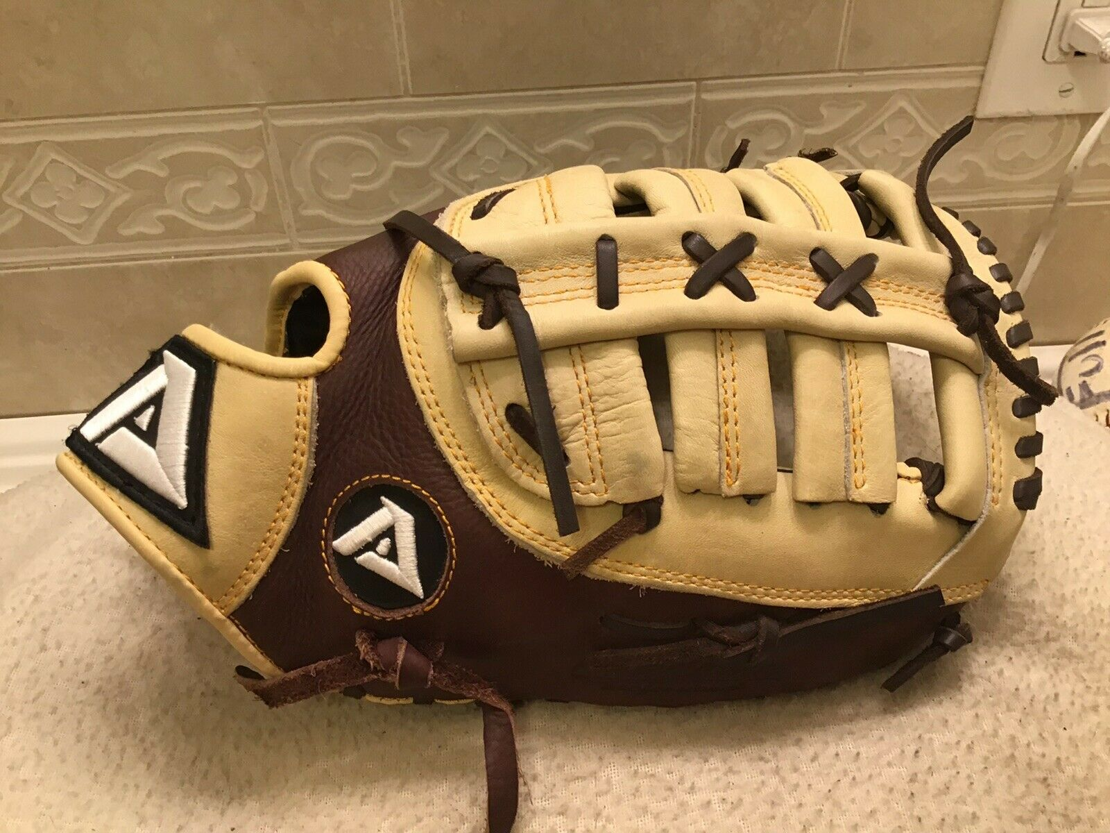 "Akadema AHC94 12.75"" Baseball Softball First Base Mitt Right Hand Throw NWOTags"