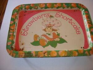 Vintage-STRAWBERRY-SHORTCAKE-METAL-FOLDING-TV-TRAY-1981-AMERICAN-GREETINGS
