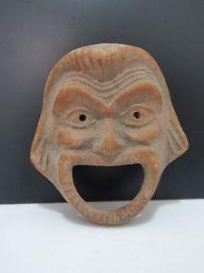 Masque-decoratif-en-terre-cuite-representant-un-demon-bouche-et-yeux-ouverts