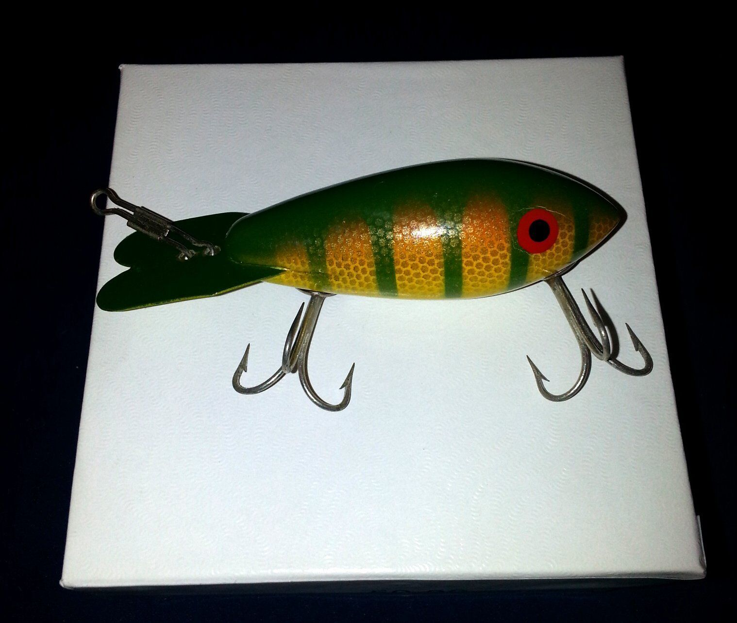 VINTAGE WOOD  FISHING LURE 3 1  2 INCHES METAL TAIL PAINTED green & yellow  select from the newest brands like