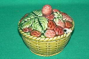SARREGUEMINES barbotine , confiturier fraise à fruits signé 4039 creux ancien - France - Sarreguemines Utzschneider Diamtre : 11,5 cmHauteur : 10,5 cm Signature : SARREGUEMINES FRANCE en creux et 4039 en creux dans le couvercle La pice a un tout petit eclat sur le couvercle et deux cheveux. Ich versande auch nach Deutschland von Deut - France