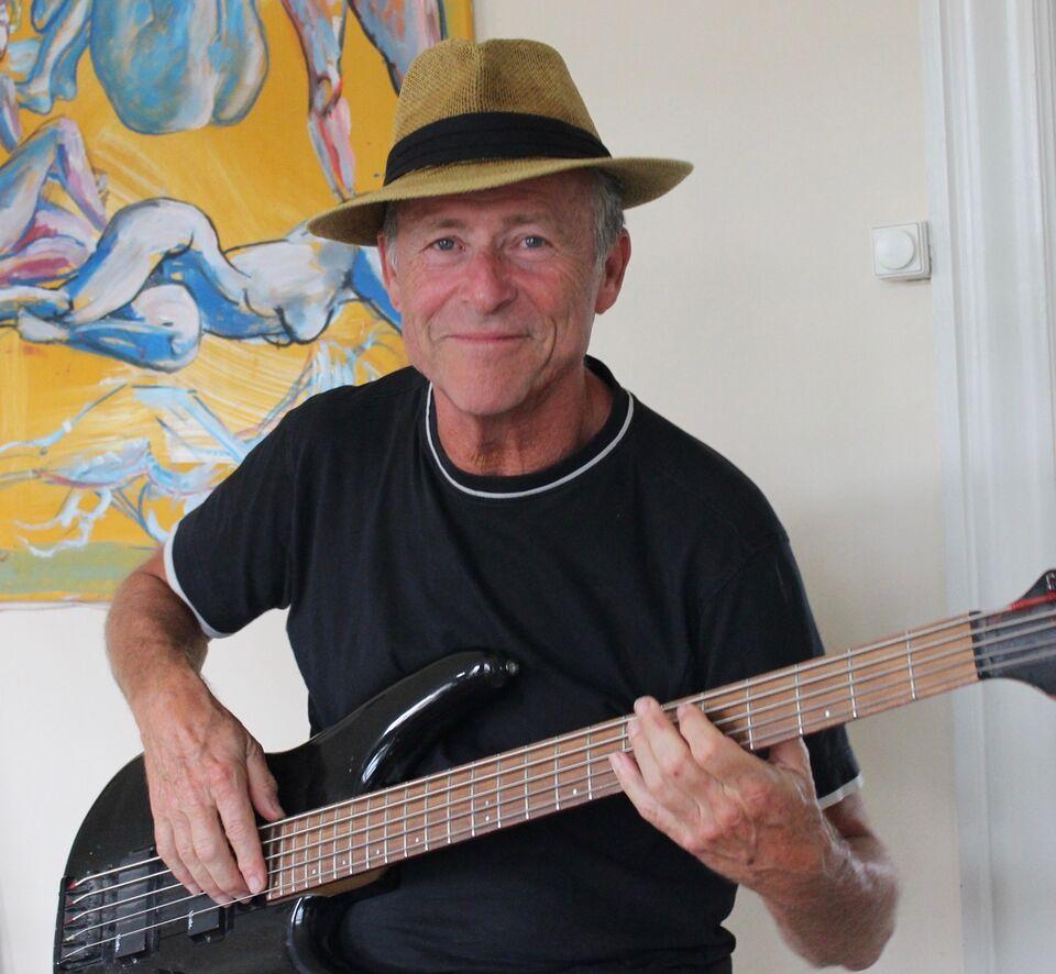 Bassist/sanger søger professionel opgave/afløsning,