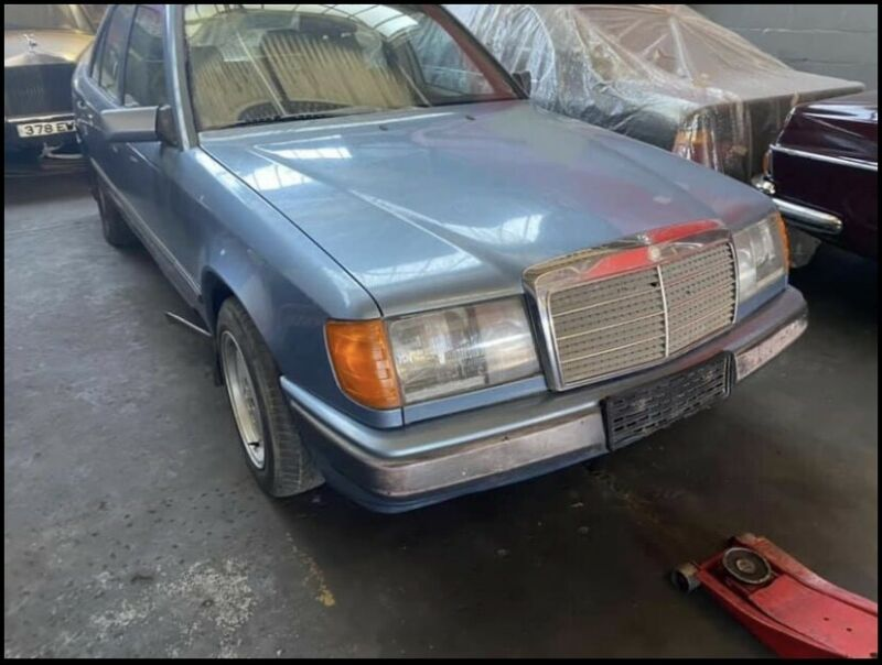 Mercedes-Benz W124 260 E Breaking Up For Spares