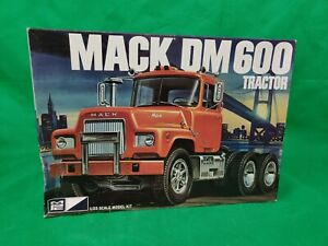 MPC-859-MACK-DM600-TRACTOR-1-25-TRUCK-PLASTIC-MODEL-KIT-BIG-RIG-RETRO-DELUXE