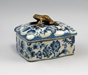 9977368-Messing-Keramik-Dose-Floraldekor-Frosch-blau-10x14cm