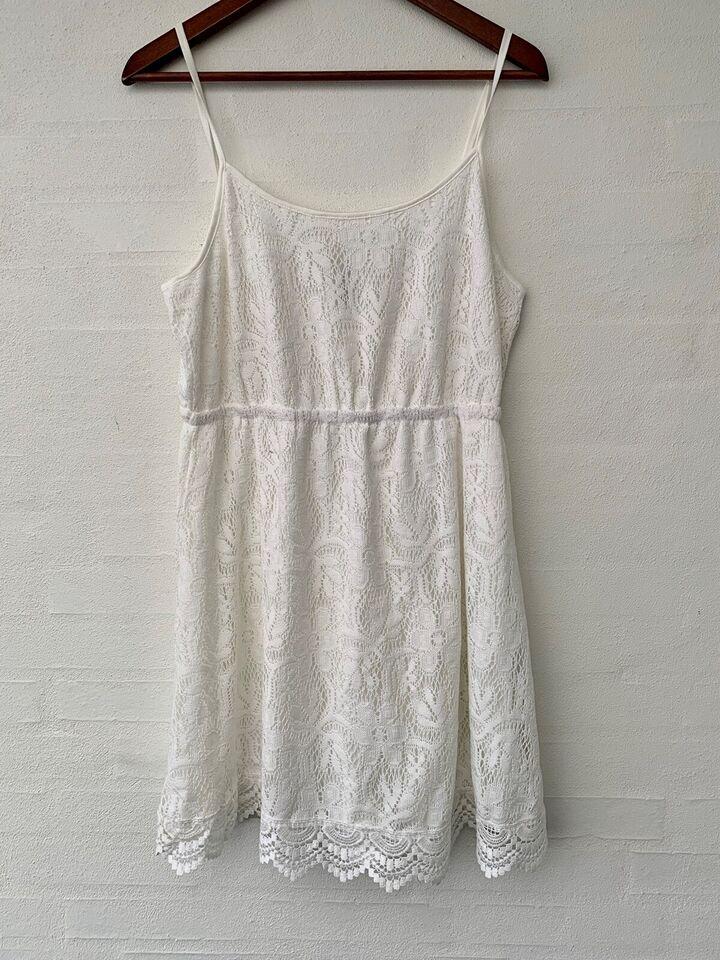 Blonder med hvide kjoler Blondekjoler