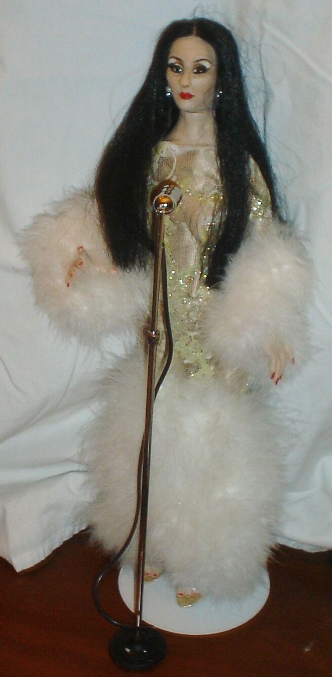 Cher uno de una clase de celebridades Muñeca, ganador del Oscar, Grammy ganador, leyenda viva