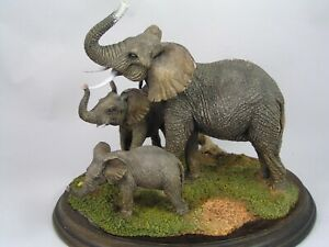 COUNTRY-ARTISTS-LARGE-ELEPHANT-COW-AND-CALVES-FIGURINE-CA-523