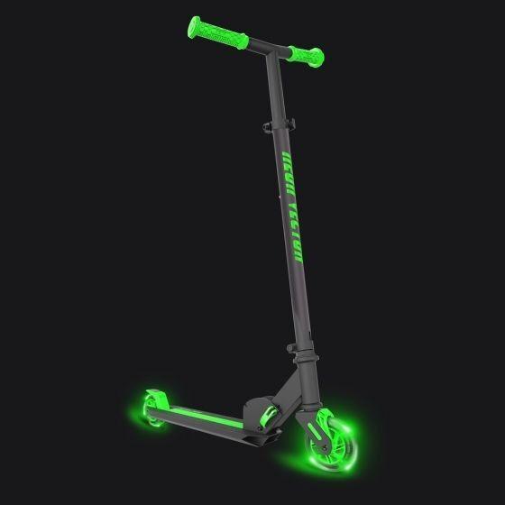 Yvolution Neon  Vector scooter with lights verde Color  presentando toda la última moda de la calle