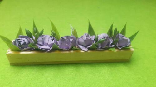 mit lila Blumen und grünen Blättern helles Holz 1:12 Blumenkasten