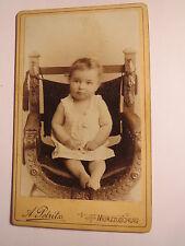 Mürzzuschlag - auf einem Stuhl sitzendes kleines Kind / CDV