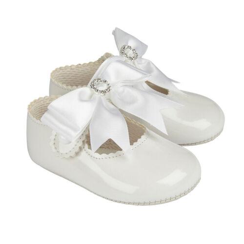 Bebé Niñas Reino Unido Baypods Estilo Español Blanco Patente Diamante Aro Y Arco Pram Zapatos