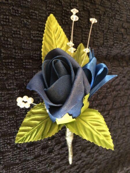 * Nuovo * 6 X Stupendo Blu Navy Rose Occhiello's Con Il Diamante E Fiocco