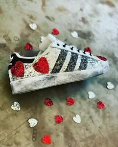 scarpe adidas grigie e rosse