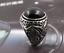 Bague chevalière pierre ronde noir onyx rouge rubis motif tourbillon classe mode